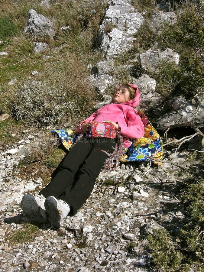 Criança que dorme na pedra foto de stock royalty free