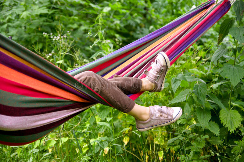 Criança que encontra-se em um hammock foto de stock
