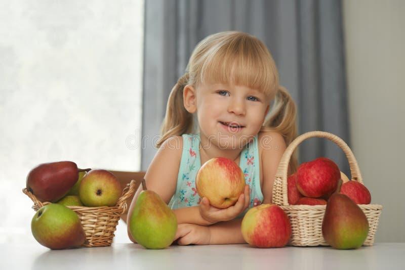 Criança que escolhe uma maçã fresca comer fotografia de stock royalty free