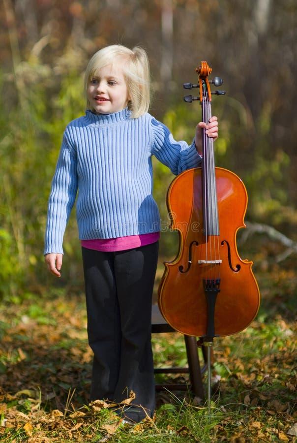 Criança que está com violoncelo imagens de stock
