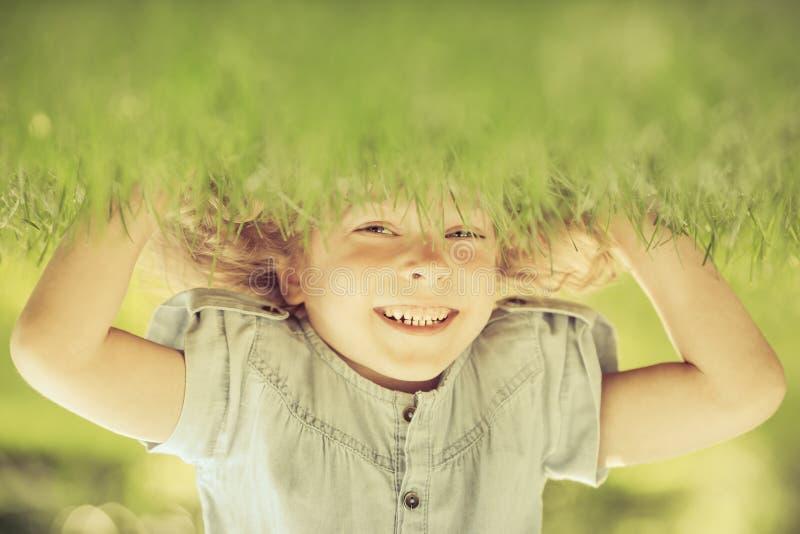 Criança que está upside-down imagens de stock