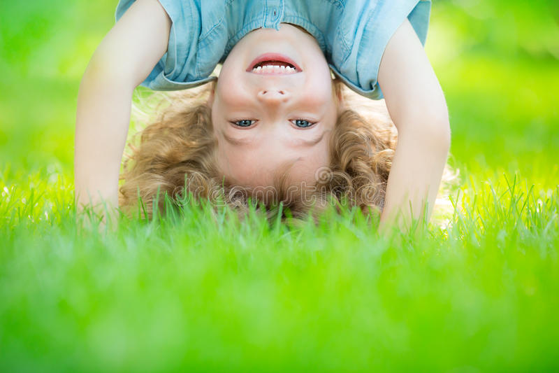 Criança que está upside-down fotografia de stock