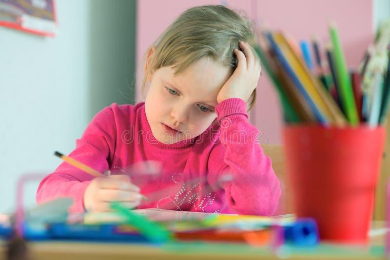 Criança que estuda em casa imagem de stock