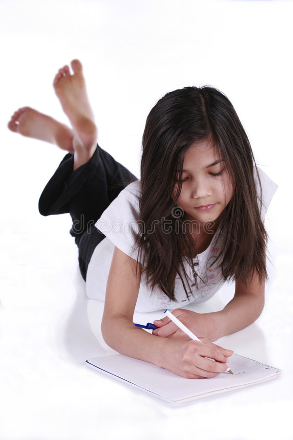 Criança que estuda ou que escreve imagem de stock