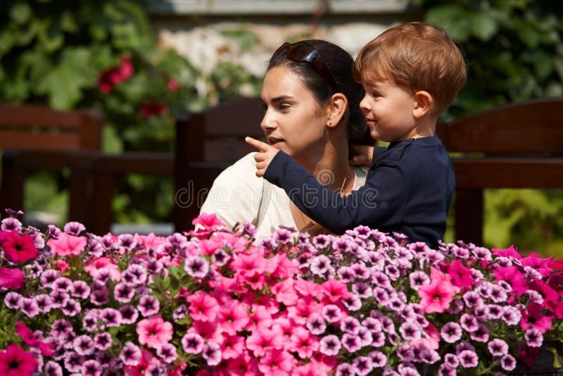 Download Criança Que Explica à Matriz Ao Ar Livre Imagem de Stock - Imagem de americano, cinco: 12801283
