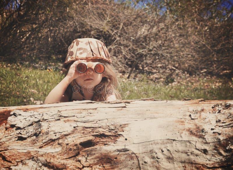 Criança que explora nas madeiras foto de stock