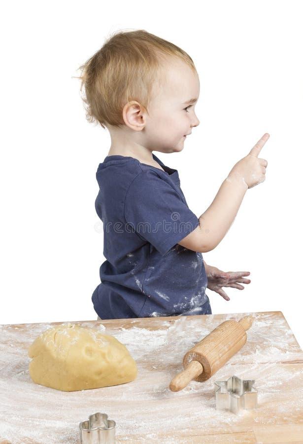 Criança que faz bolinhos fotografia de stock royalty free