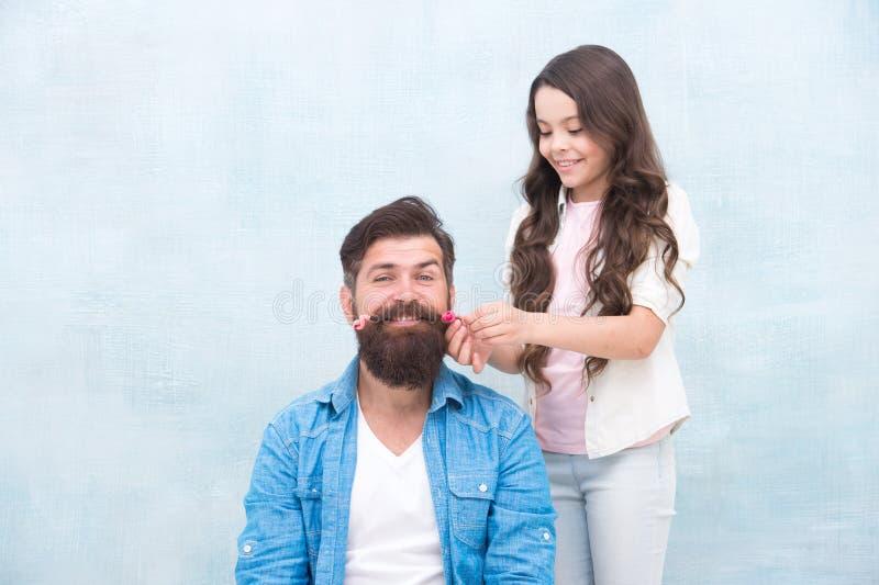 Criança que faz o penteado que denomina a barba do pai Ser pai significa o presente para interesses da criança Penteado da mudan? foto de stock royalty free