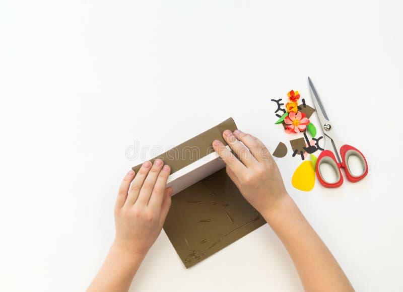 Criança que faz a presente uma caixa do urso Urso de peluche fora do ofício de papel empacotar foto de stock royalty free