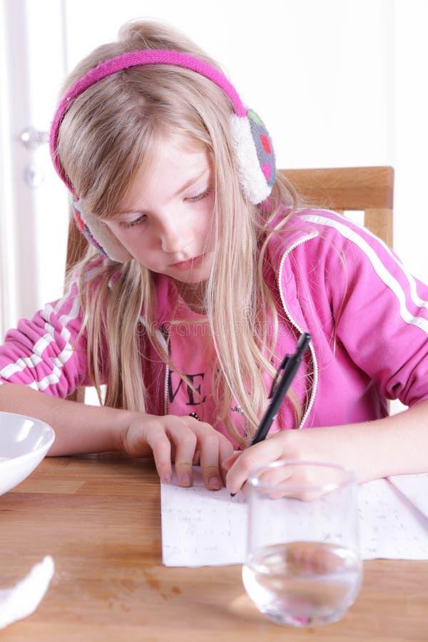 Criança que faz seus trabalhos de casa fotografia de stock