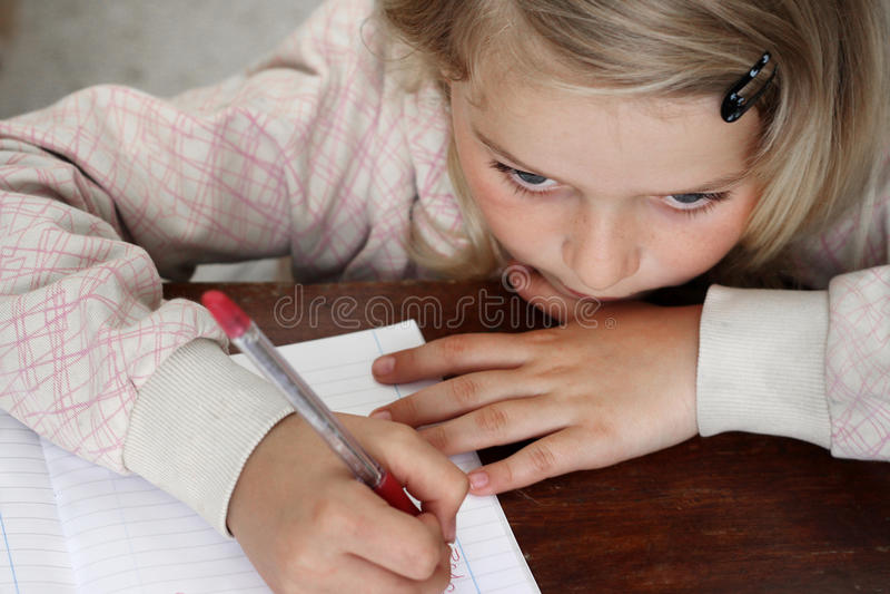 Criança que faz trabalhos de casa fotos de stock