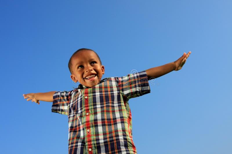 Criança que finge voar fotografia de stock royalty free