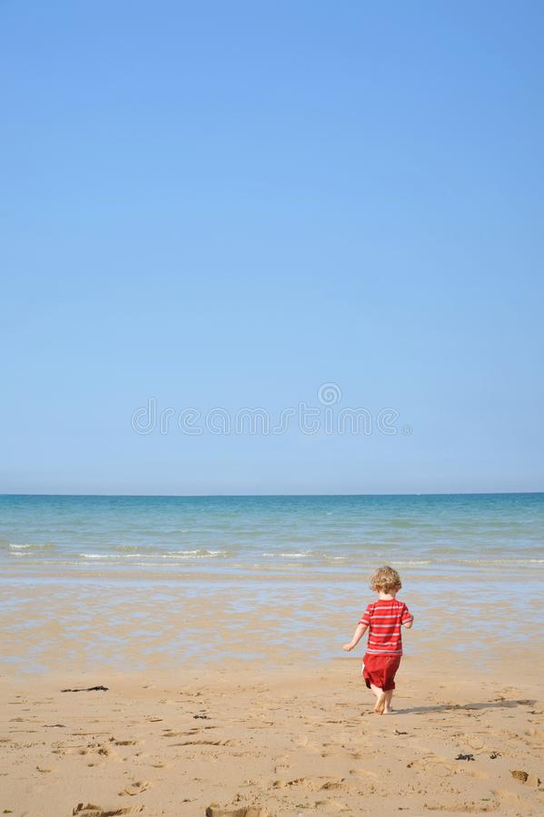 Download Criança Que Funciona Na Praia Foto de Stock - Imagem de cloudless, relaxar: 26503348