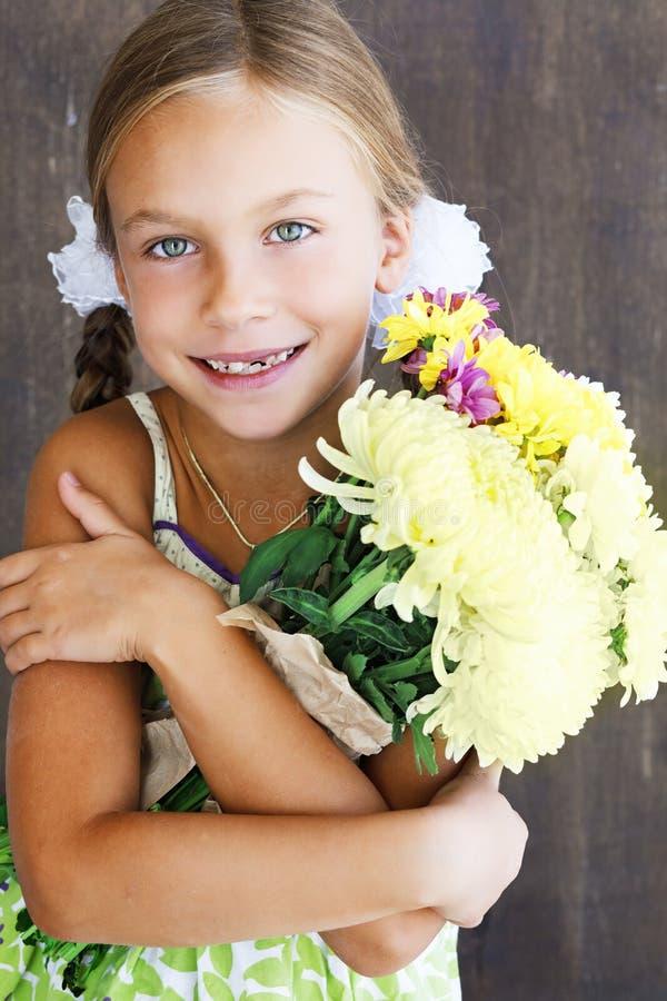 Criança Que Guarda Flores Fotografia de Stock