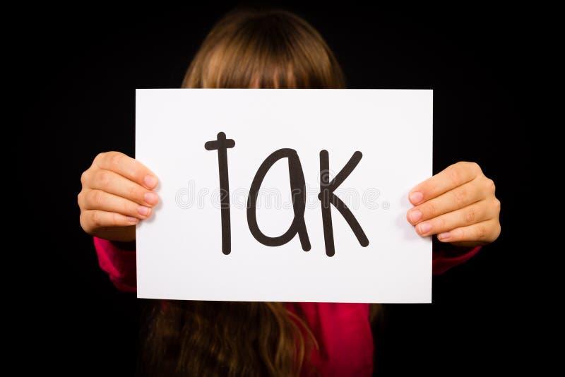 Criança que guarda o sinal com palavra dinamarquesa Tak - obrigado imagens de stock royalty free