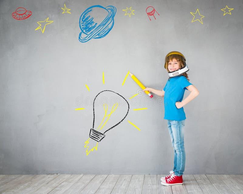Criança que joga com bloco do jato em casa imagens de stock royalty free