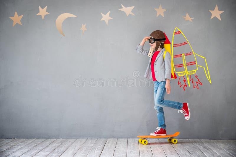 Criança que joga com bloco do jato em casa imagem de stock royalty free