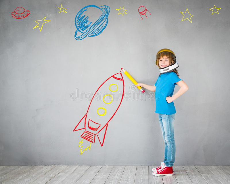 Criança que joga com bloco do jato em casa imagem de stock