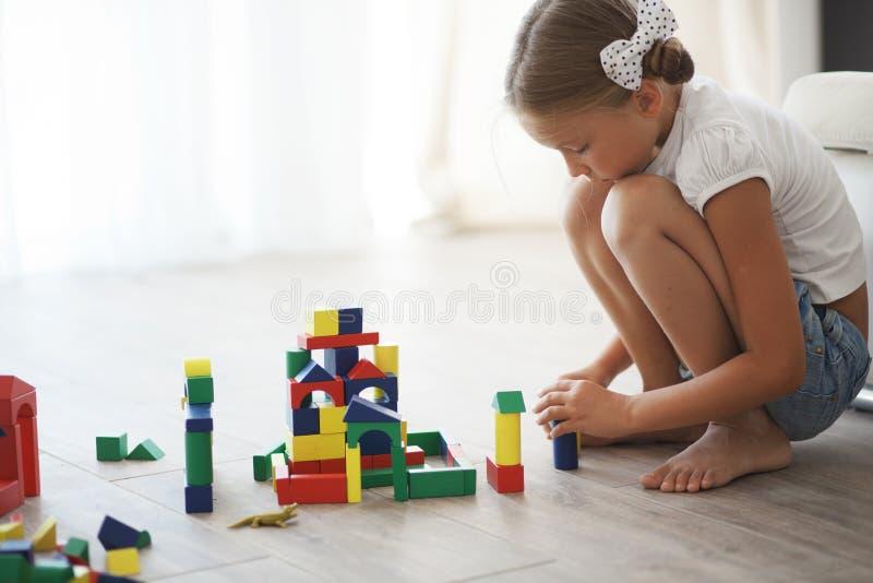 Criança que joga com blocos fotografia de stock royalty free