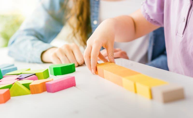 Criança que joga com blocos de madeira imagem de stock