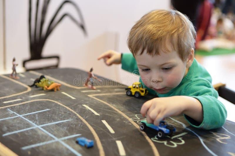 Criança que joga com carro fotografia de stock royalty free
