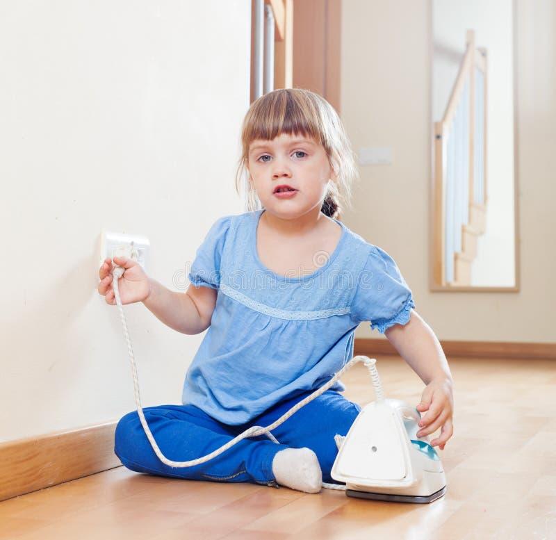 Criança que joga com ferro bonde fotografia de stock royalty free