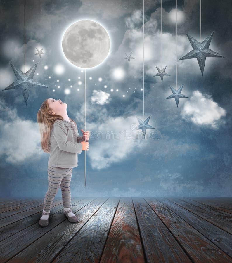 Criança que joga com lua e estrelas na noite fotos de stock royalty free