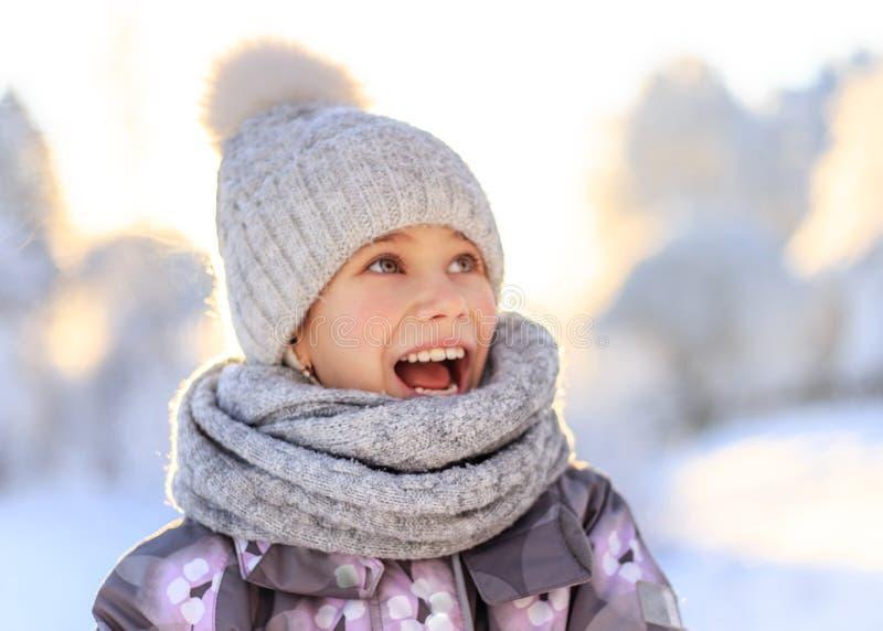Criança que joga com neve no inverno fotografia de stock
