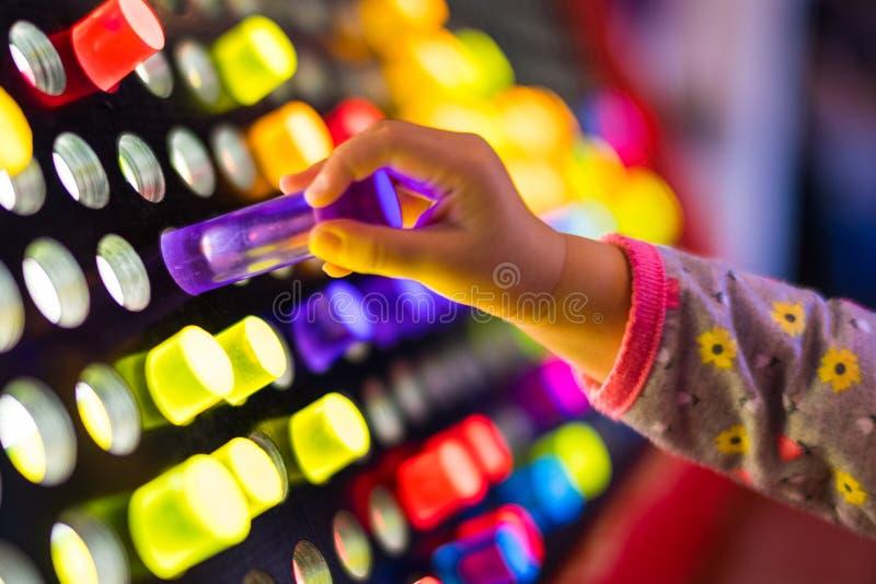 A criança que joga com o brinquedo brilhante leve gigante cavilha imagem de stock royalty free
