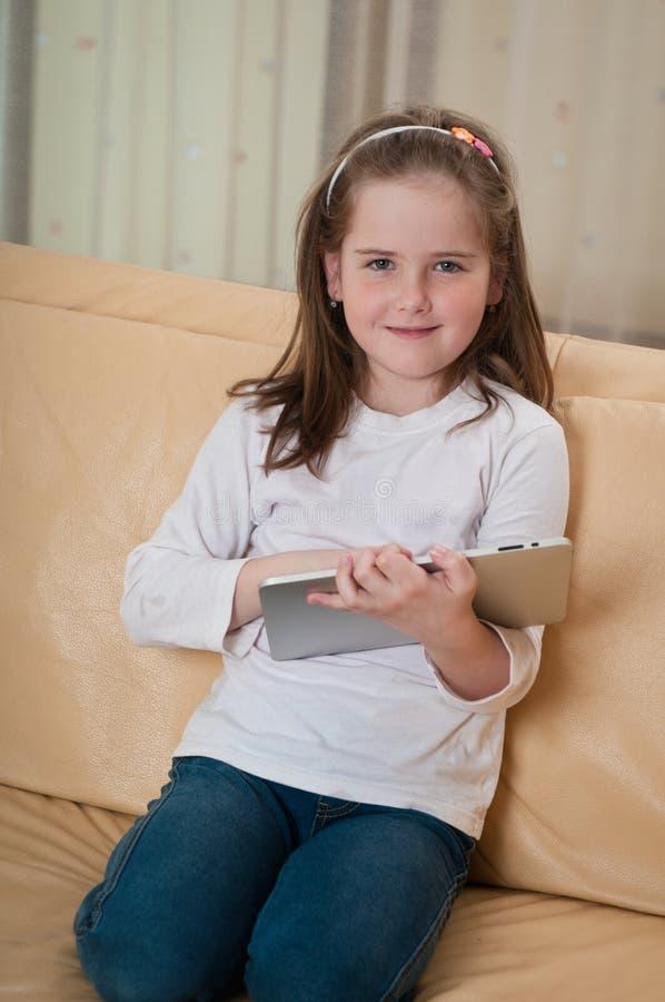 Criança que joga com tabuleta fotos de stock royalty free