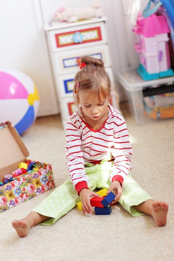 Download Criança Que Joga Com Tijolos Imagem de Stock - Imagem de childcare, instrução: 16868973