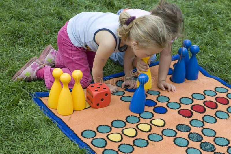 Criança que joga com uma placa imagem de stock royalty free