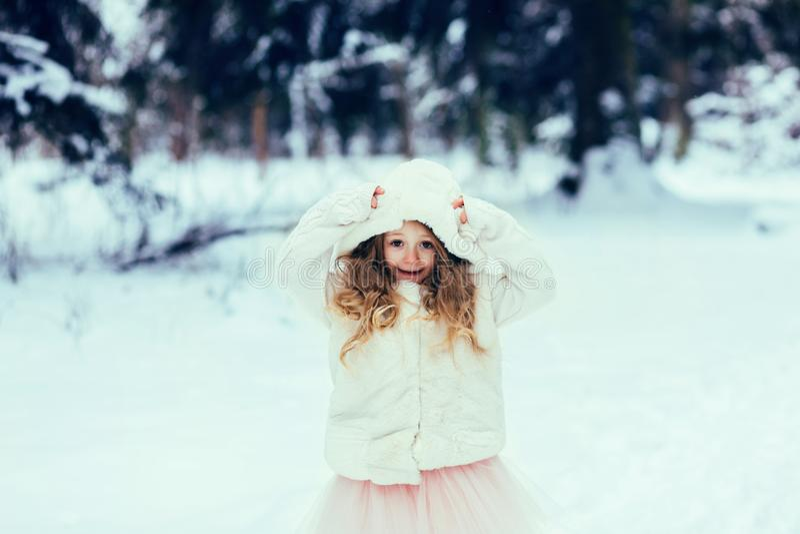 Criança que joga em uma caminhada do inverno fotos de stock