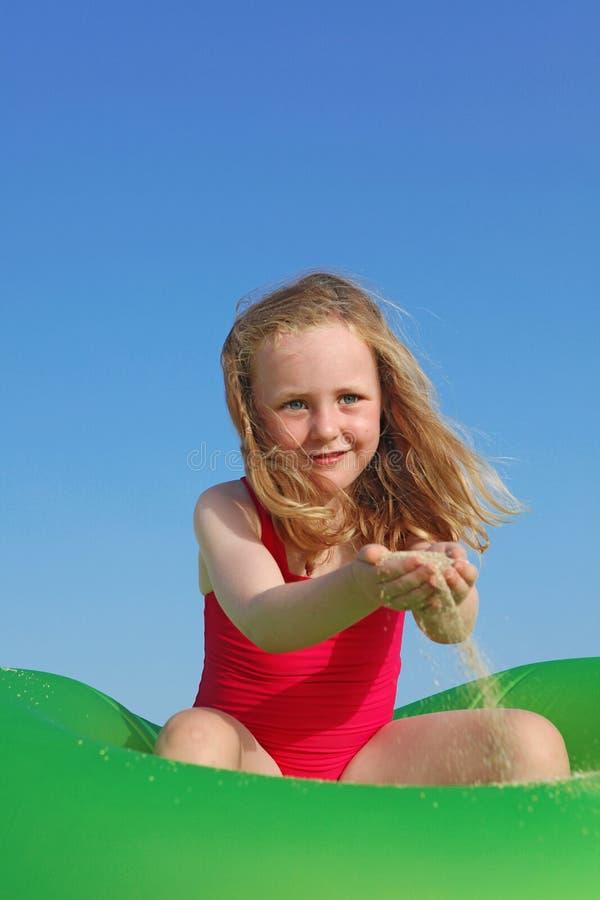 Criança que joga, férias da praia do verão imagens de stock