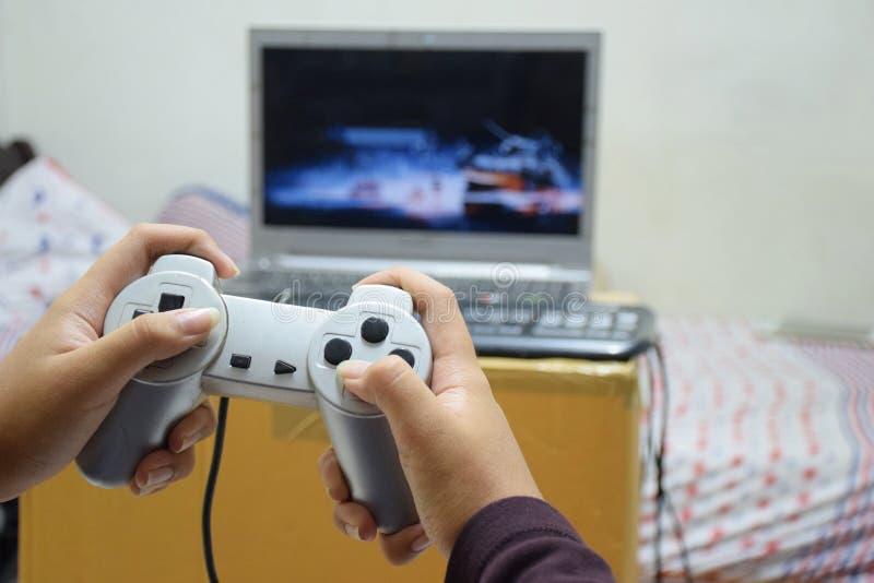 Criança que joga jogos em casa imagens de stock