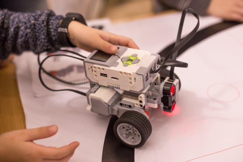 Criança que joga a máquina do carro do robô imagens de stock royalty free