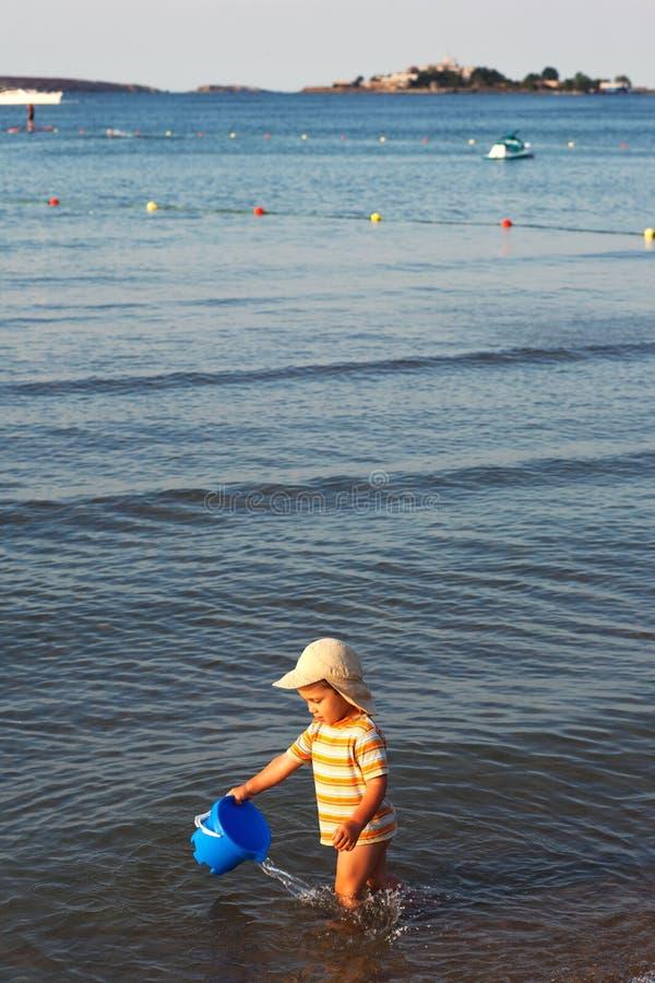 Criança que joga na água imagem de stock royalty free