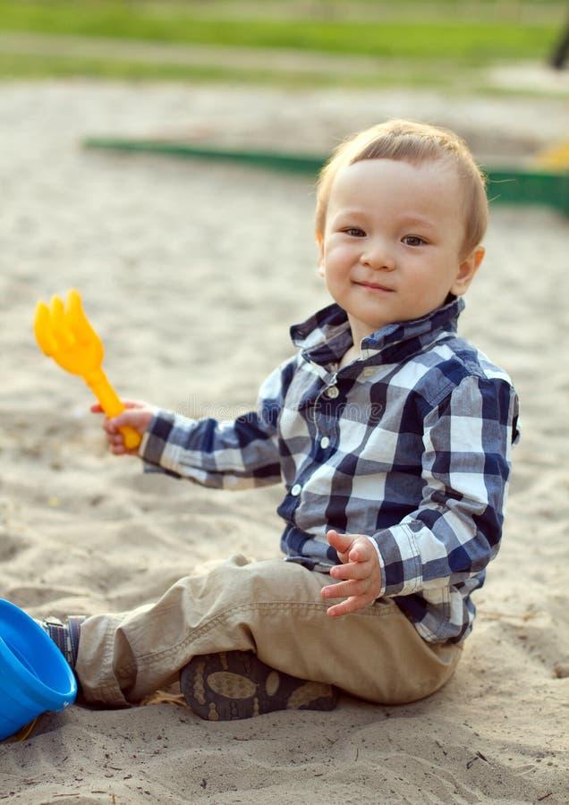 Criança que joga na areia foto de stock
