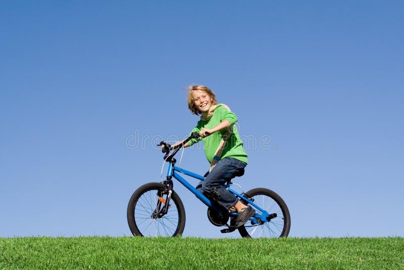 Criança que joga na bicicleta foto de stock royalty free