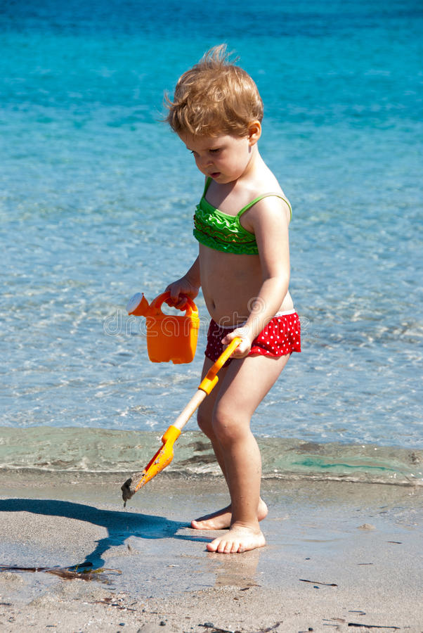 Criança que joga na praia fotos de stock royalty free