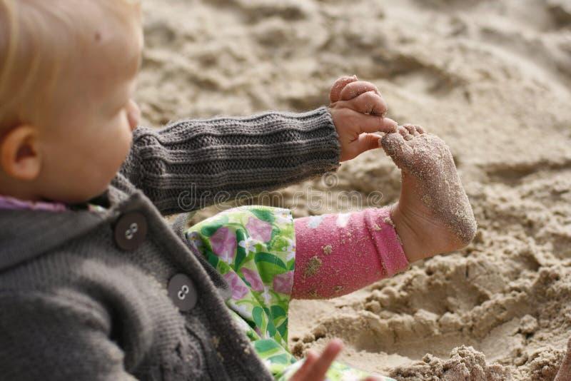 Criança que joga na praia imagens de stock royalty free