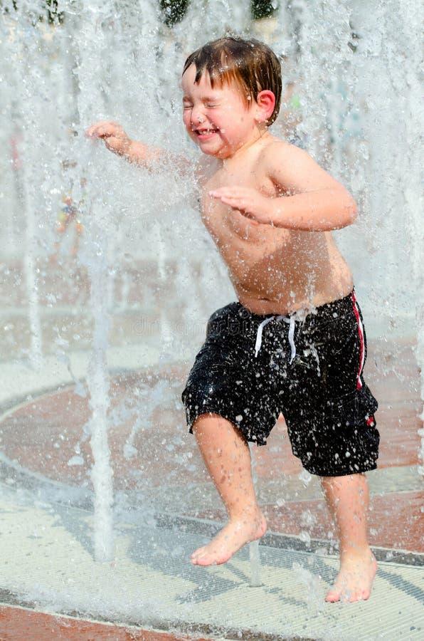 Criança que joga nas fontes no parque em Atlanta imagens de stock