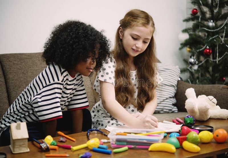 Criança que joga o brinquedo e que tira a imagem junto imagem de stock royalty free