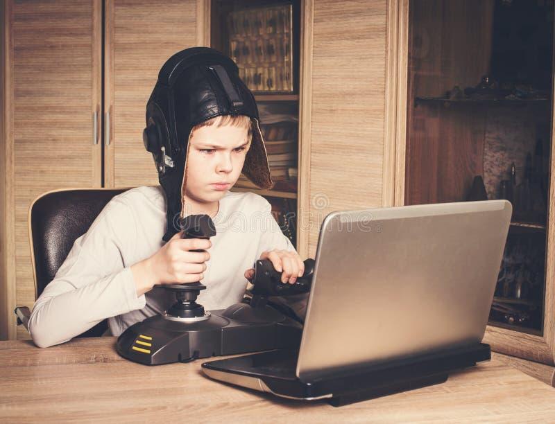 Criança que joga o jogo em linha do PC Jogo da criança e gam emocionais do vídeo da vitória imagens de stock royalty free