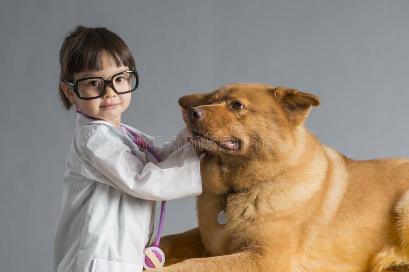 Criança que joga o veterinário imagens de stock