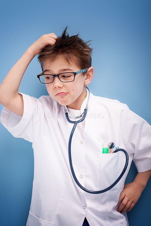 Criança que joga um doutor imagens de stock