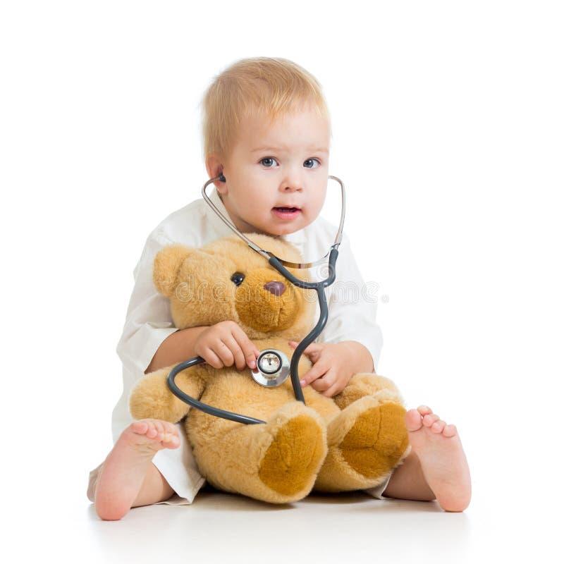 Criança que joga um doutor fotografia de stock