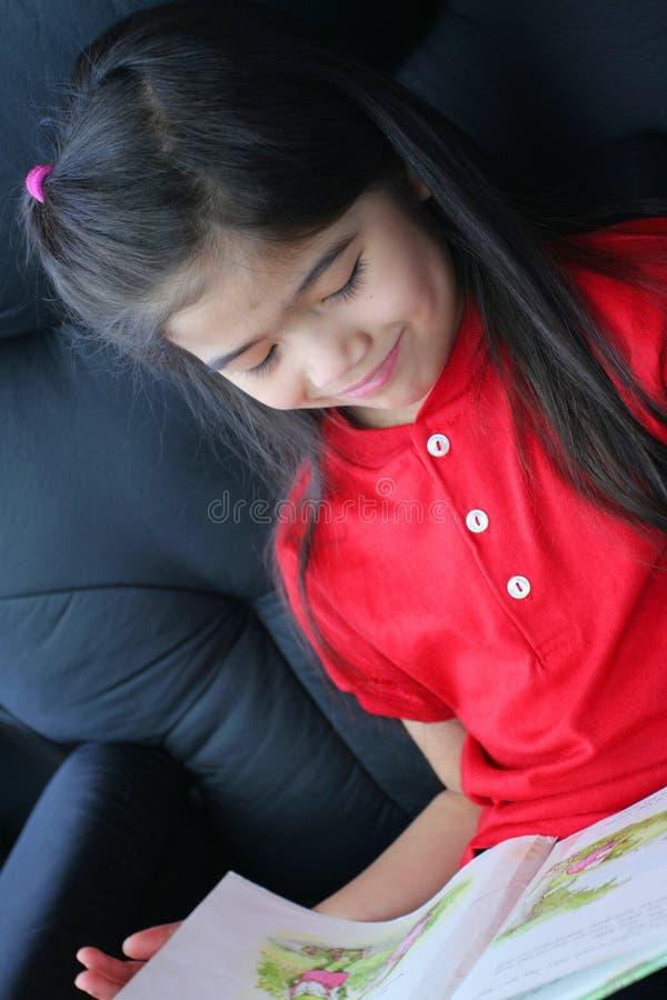 Criança que lê um livro foto de stock royalty free