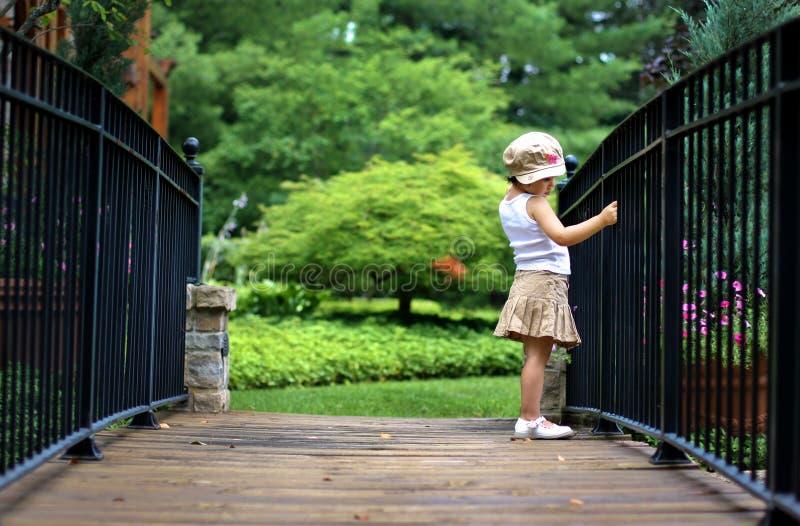 Criança que levanta na ponte fotografia de stock royalty free