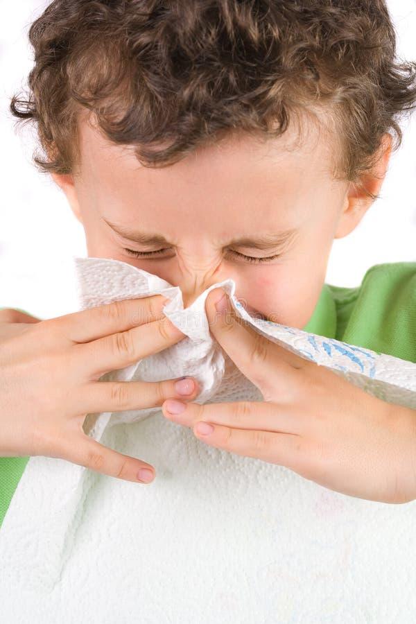 Criança que limpa seu nariz foto de stock royalty free